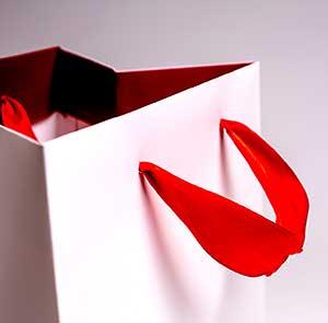 атласная лента в бумажном пакете