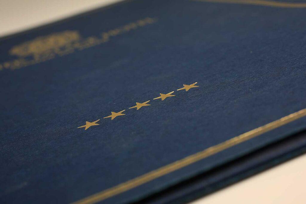 Синяя папка с золотым тиснением.