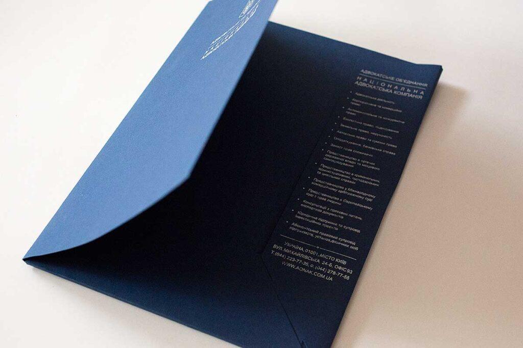 Папка синего цвета из дизайнерского картона.