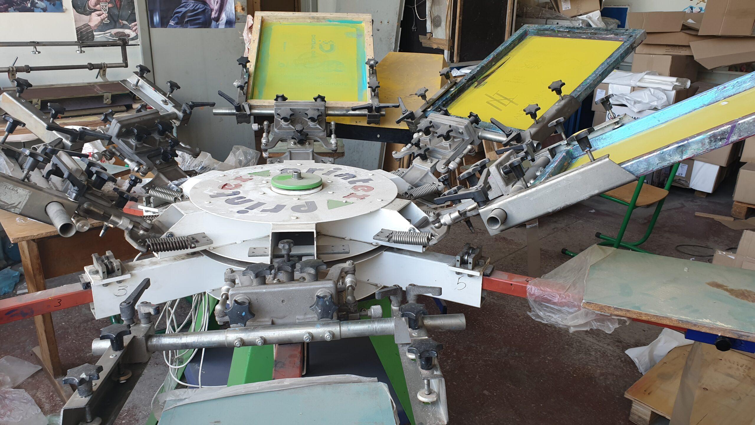 Станок для шелкографии карусельного типа для печати футболок.